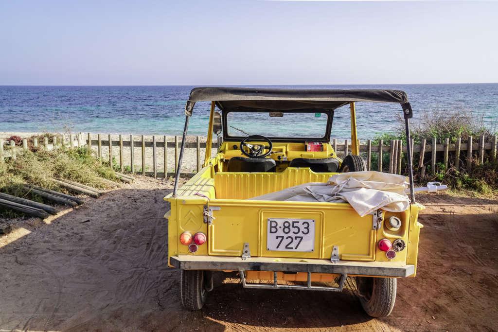 Geheimtipp auf Formentera: Mit dem gelben authentischen Citroën Mehari lässt sich die Baleareninsel stilgerecht erkunden.