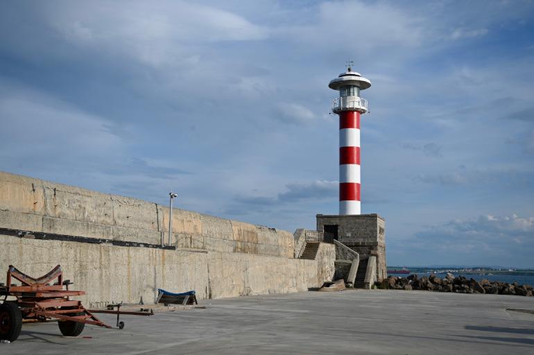Ein Leuchtturm am Ende des Stegs am Strand von Burgas in Bulgarien.
