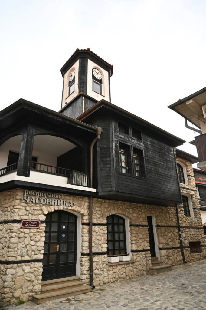 Ein Gebäude mit oberem Teil komplett aus schwarzem Holz und Glockenturm in Bulgariens Stadt Nessebar.