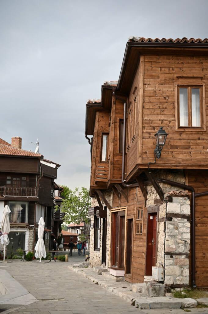 Ein Blick auf die Holzhäuser gebaut nach traditioneller bulgarischer Art.