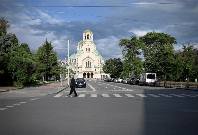 Die Alexander Newski Kathedrale in der Bulgariens Hauptstadt Sofia unter einem dramatisch bewölkten Himmel.