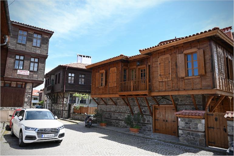 Die traditionellen Holzhäuser und das Kopfsteinpflaster der Stadt Sosopol in Bulgarien.