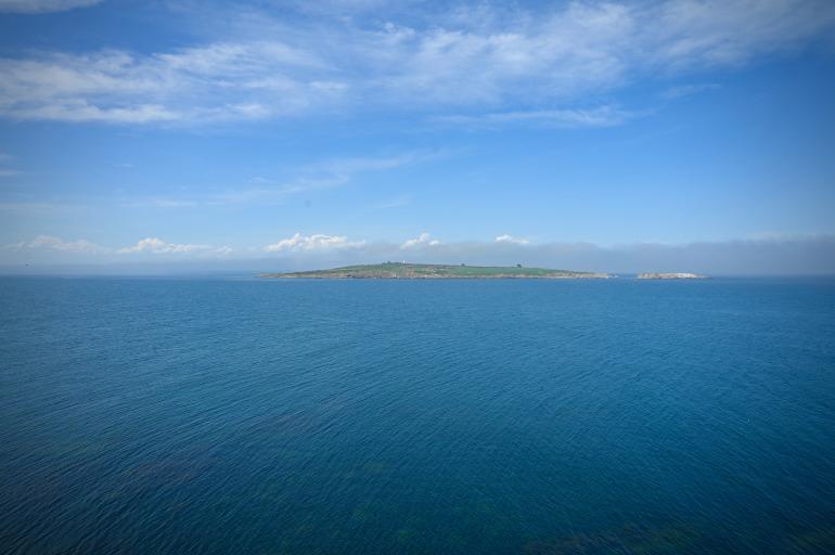 Blick von Sosopol in Búlgarien über das schier endlose Meer auf eine Insel in der Ferne.