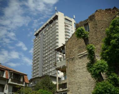 Die efeubewachsene römische Therme in der Stadt Varna in Bulgarien ist ein zerfallenes, charmantes Gebäude.