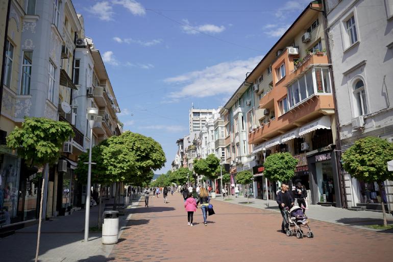 Eine Füßgängerzone in der Stadt Varna in Bulgarien bietet einen kurzen Spaziergang zum Strand hinunter an.