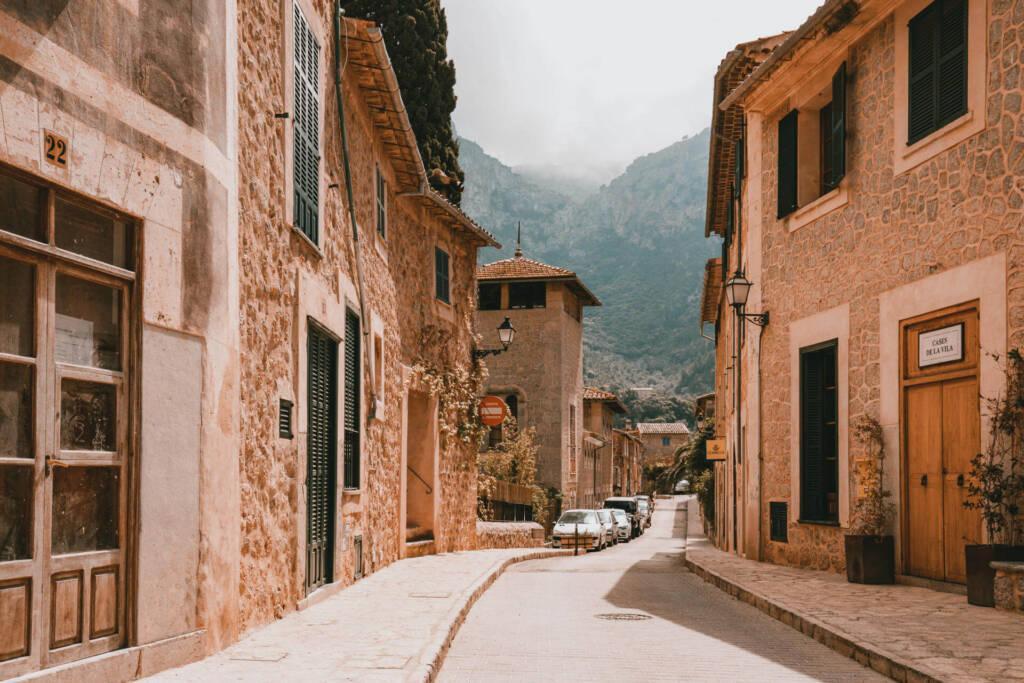 Eine ruhige kleine Straße zwischen den Häusern im ruhigen Deià auf Mallorca.