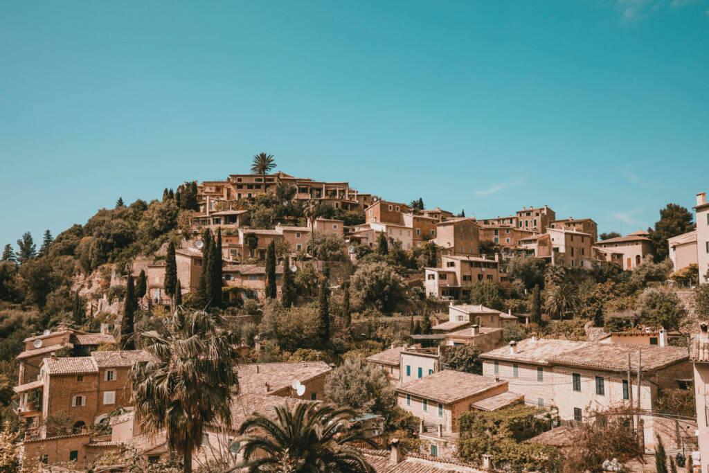 Blick auf die Häuser des ruhigen Örtchen Deiàs auf der Baleareninsel Mallorca.