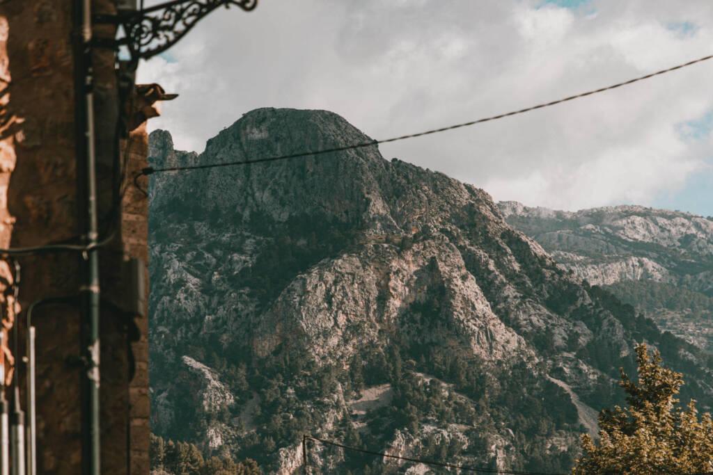 Im schönen Dorf Fornalutx auf Mallorca genießt man den Blick auf das Tramuntana Gebirge.