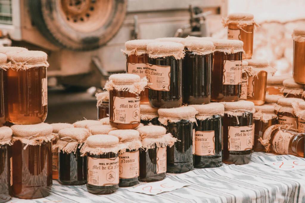 Auf dem Wochenmarkt in Sineu auf Mallorca werden Honiggläser aus der Region verkauft.