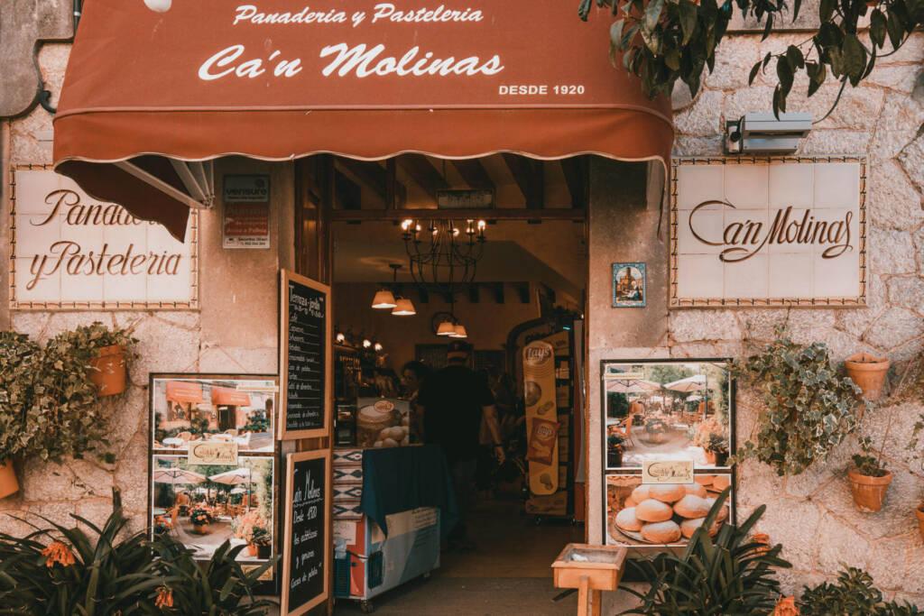 Der geschmückte, überdachte Eingang zur Bäckerei Ca´n Molinas in Valldemossa auf Mallorca: das Café ist noch ein kleiner Geheimtipp.