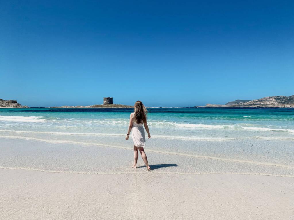 Franzi Reichelt von Coconutsports spaziert am wunderschönen Strand im Norden von Sardinien entlang.