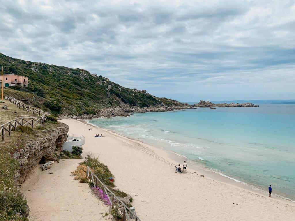 Der Strand von Santa Teresa Gallura im Norden von Sardinien ist umgeben von Natur.