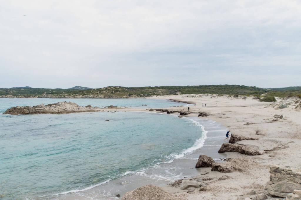 Die Dünenlandschaft am Strand von Rena Majore auf Sardinien.