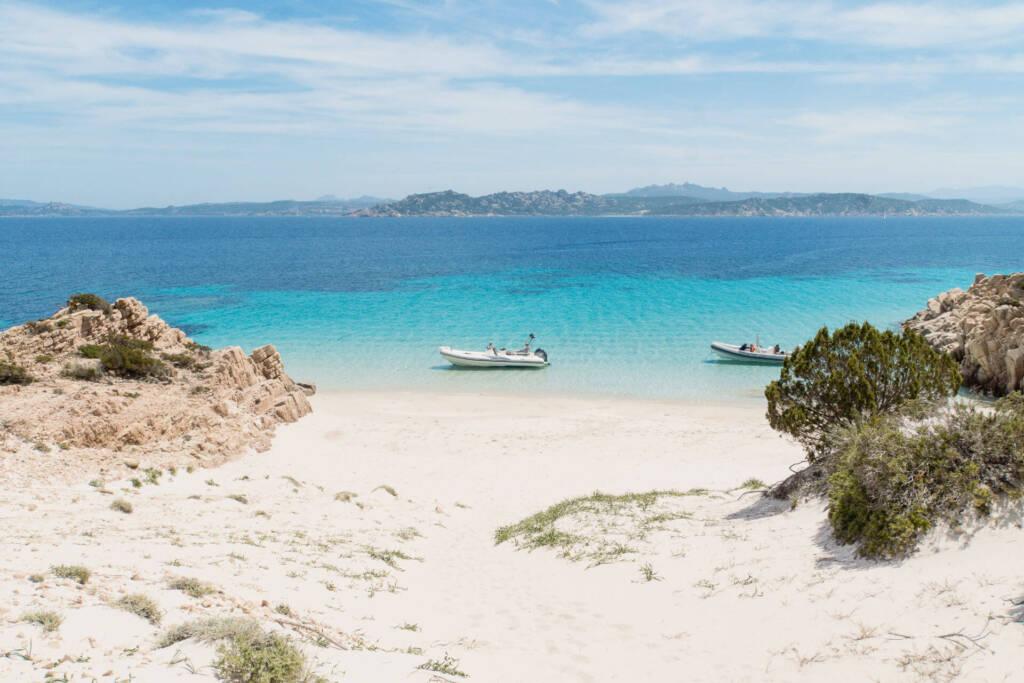 Einige Boote schwimmen auf dem klaren Wasser im Norden von Sardinien.