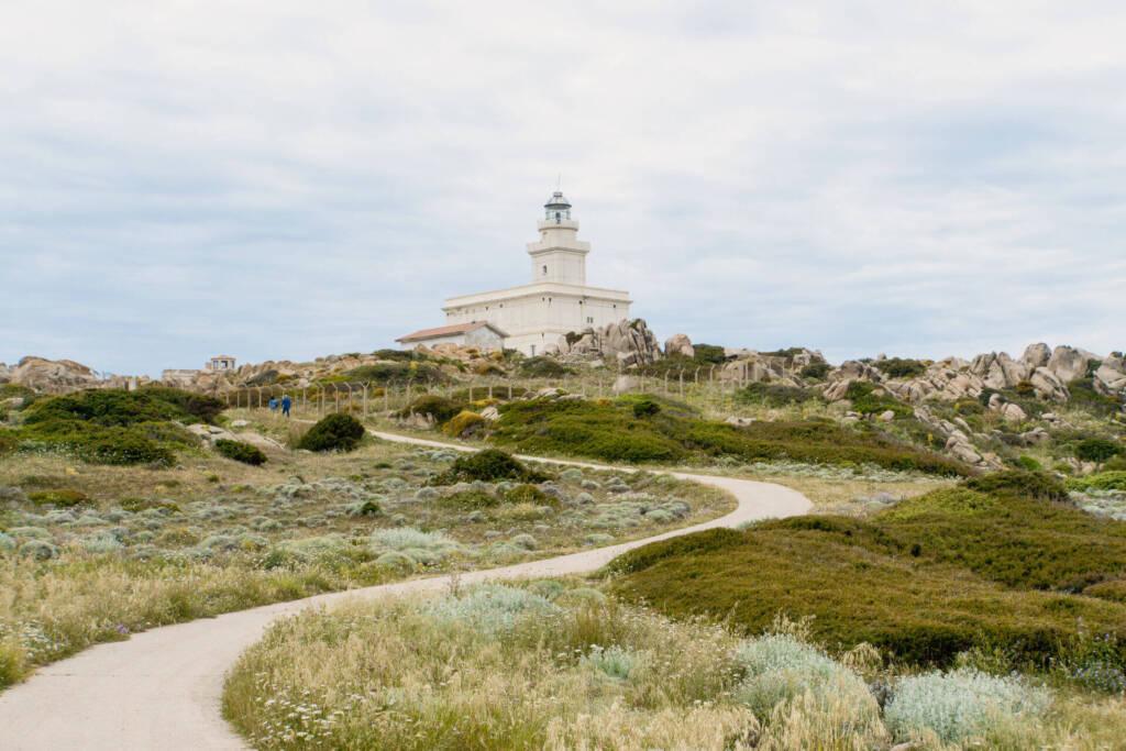 Am höchsten Punkt der Halbinsel Capo Testa im Norden Sardiniens turmt der Leuchtturm umgeben von Felsformationen.