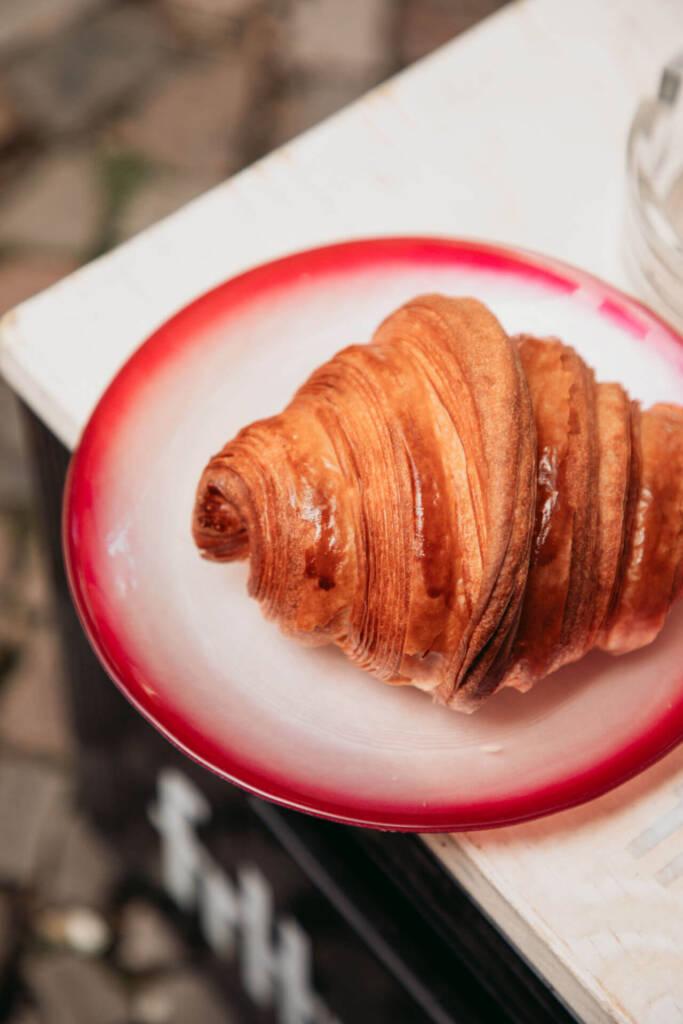 Geheimtipp zum Frühstücken: Ein handgerolltes Croissant von Cookies and Co in Berlin.
