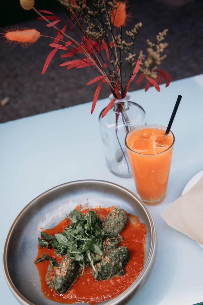 Mit Spinatködeln auf Tomatensauce und einem frischen Saft vom Frank Café kann man sich während seines Berlin-Trips stärken.