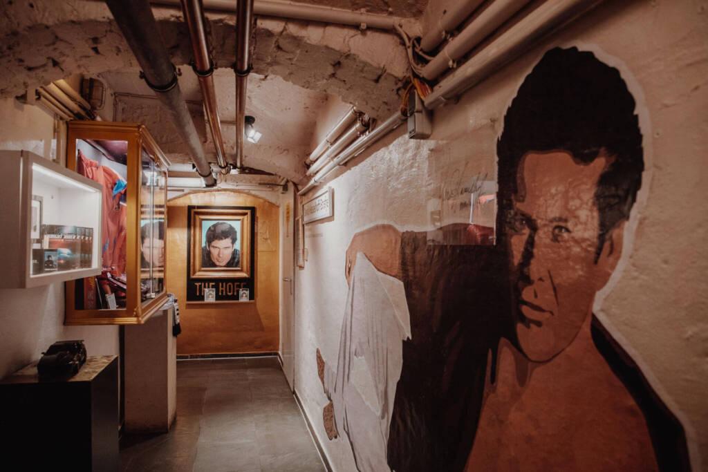 Das David-Hasselhoff-Museum mit einem Lebensgroßen David Hasselhoff an die Wand geklebt.