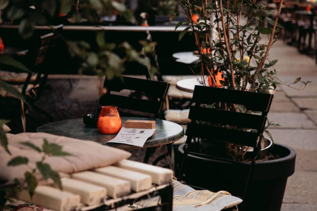 Ein gemütliches Café auf der Kastanienallee im Prenzlauer Berg in Berlin lädt zum Ausruhen nach dem Shoppen ein.