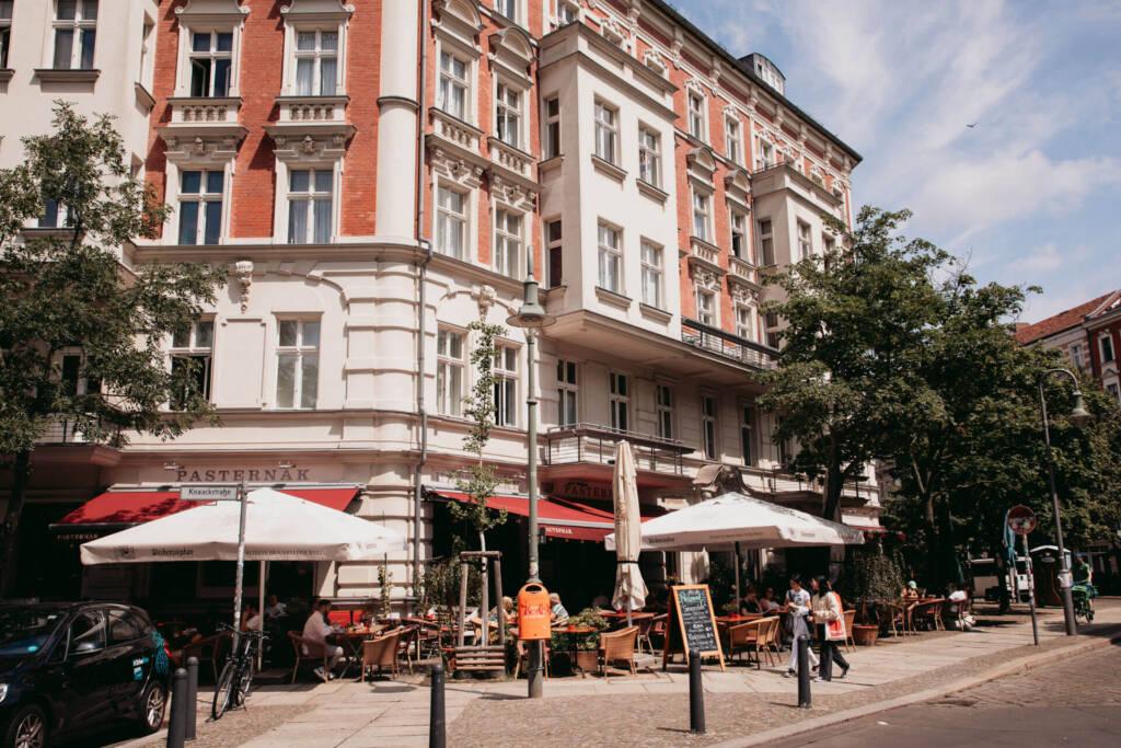 Ein Restaurant in einem imposanten Gebäude am Kollwitzkiez in Berlin.