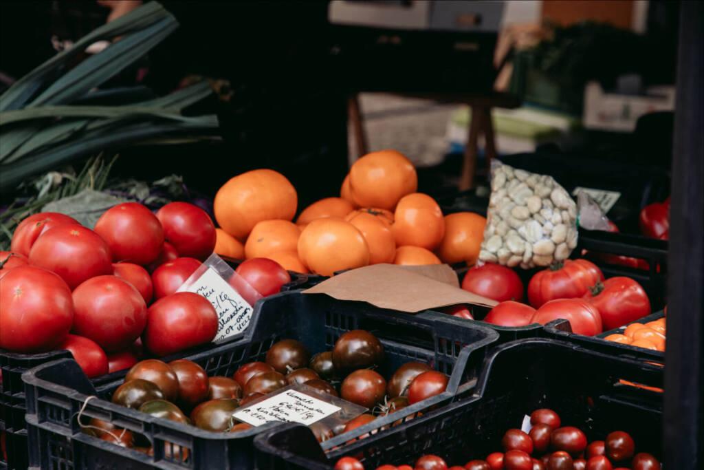Verschiedene Tomatensorten, die auf dem Kollwitzmarkt angeboten werden.