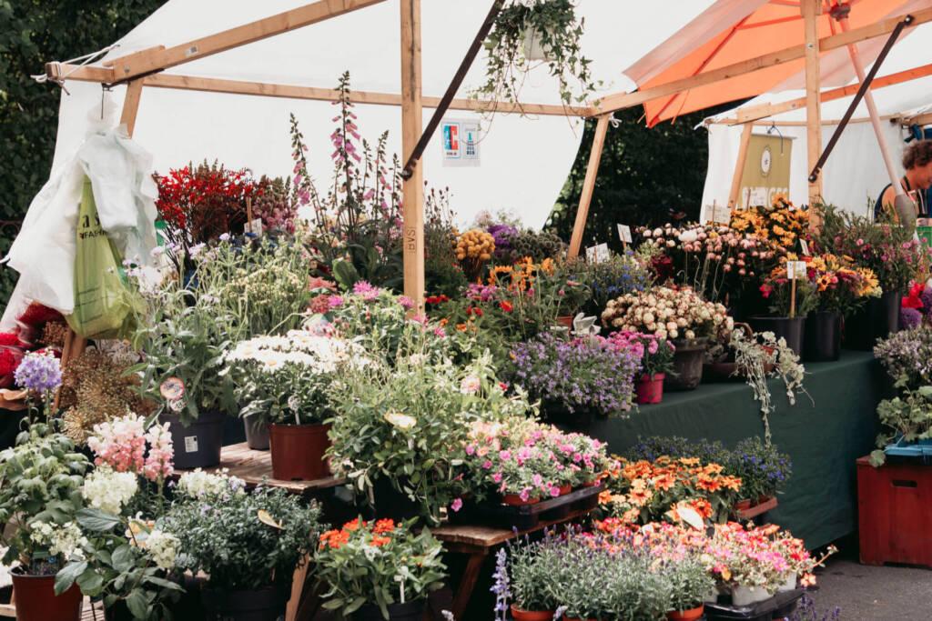Auf dem Kollwitzplatz in Berlin werden die unterschiedlichsten Blumen verkauft.