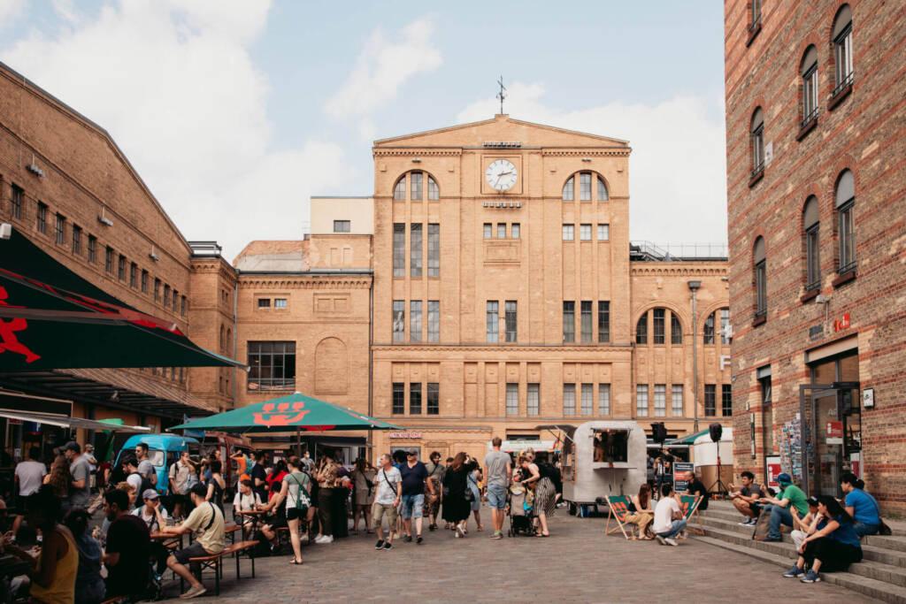 Der Street-Food-Markt im Hof der Kulturbrauerei in Berlin ist gut besucht.