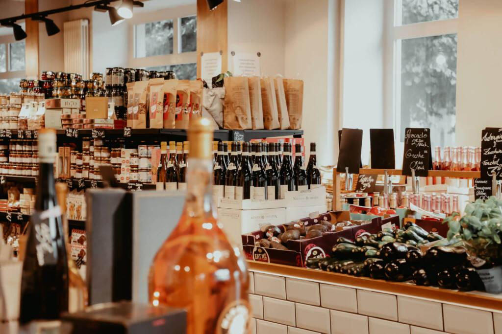 L'Épicerie in Berlin bietet verschiedene Feinkost Waren von Wein über Gemüse bis hin zu Brotaufstrichen an.