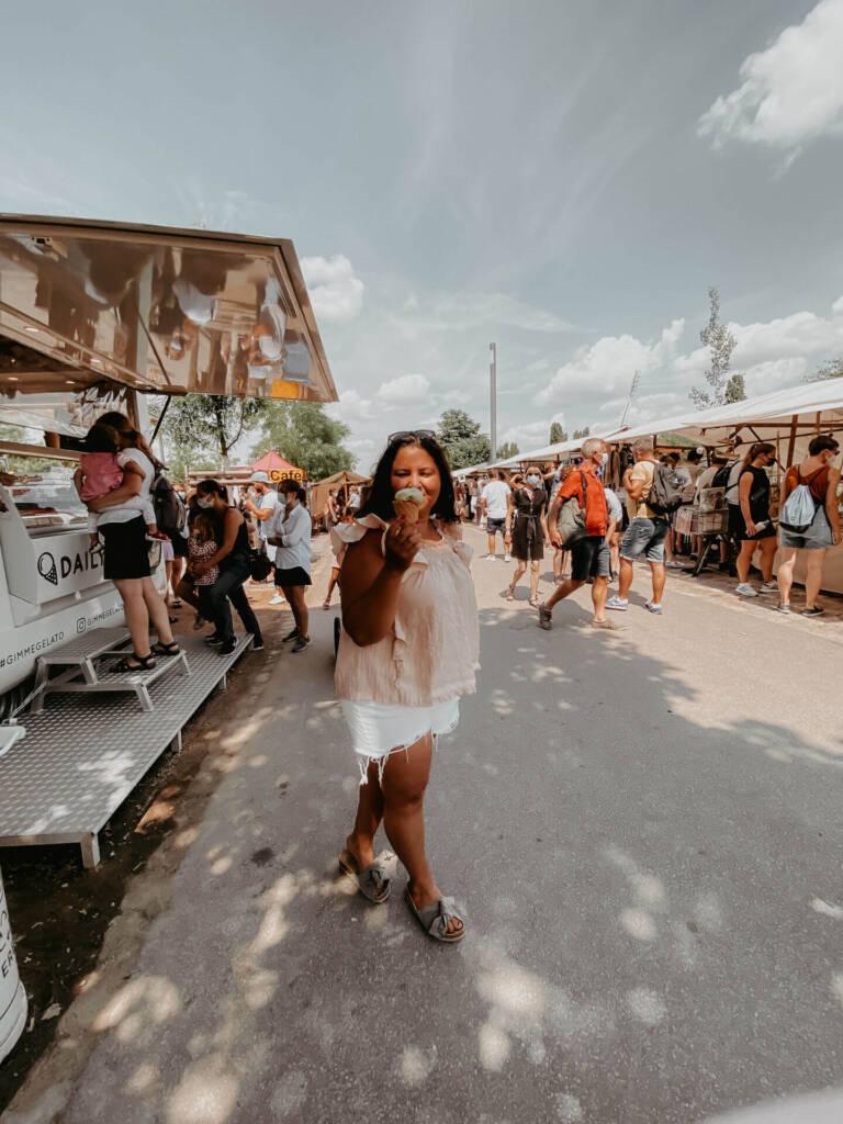 Bloggerin Tatiana von TheHappyJetlagger genießt auf dem Flohmarkt im Berliner Mauerpark ein Eis.