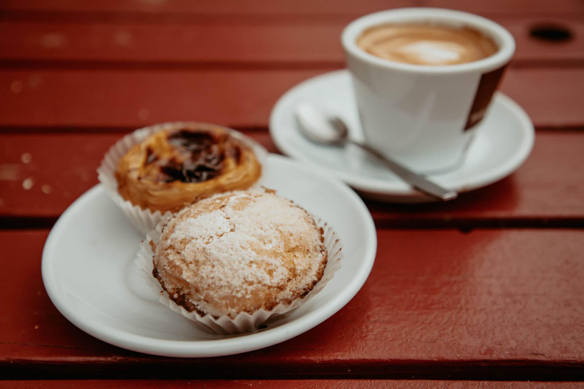 Die Pasteis mit Capucchino im Unser Café im Szeneviertel Prenzlauer Berg, Berlin sollte man als Besucher auf jeden Fall probieren.
