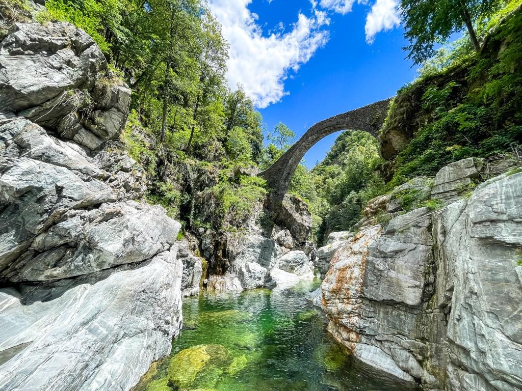 Im klaren Fluss unter der Römerbrücke im Centovalli kann man auch baden.