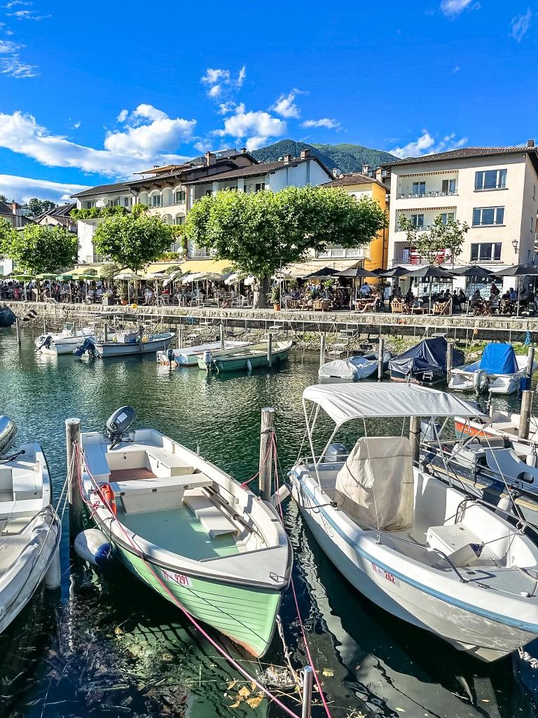 Unzählige Boote liegen am Hafen von Lago Maggiore.