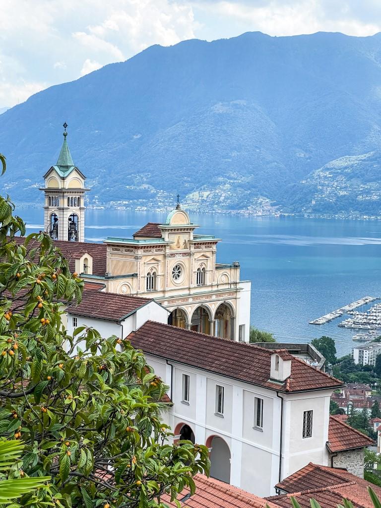 Von der Bergstation Cardada hat man einen wunderschönen Ausblick auf die Kirche Madonna del Sasso, dem dahinterliegenden See und die Berge.