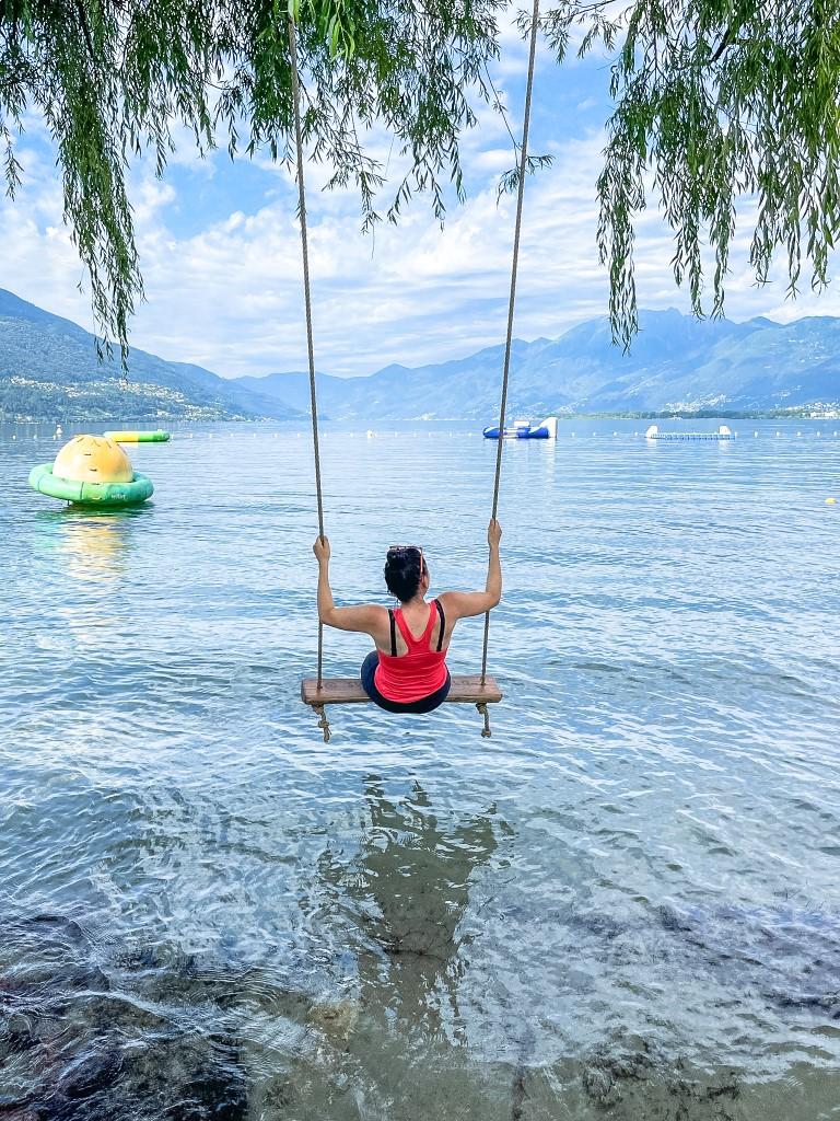 Beim Schaukeln am Lago Maggiore kann man die Aussicht über das Wasser und die Berge genießen