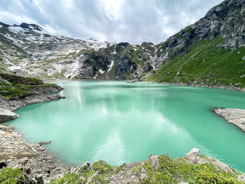 Auf dem Lago del Zött kann man beim wandern das türkise Wasser und Berge bewundern
