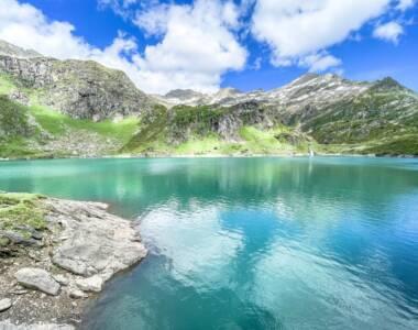 Die Aussicht auf dem Lago die Robièi über den See und die Berge ist atemberaubend.