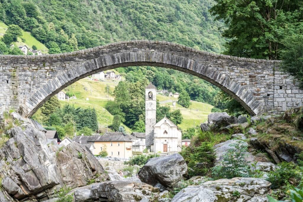 Im richtigen Winkel kann man unter der Brücke den Kirchturm des nächsten Dorfes sehen.