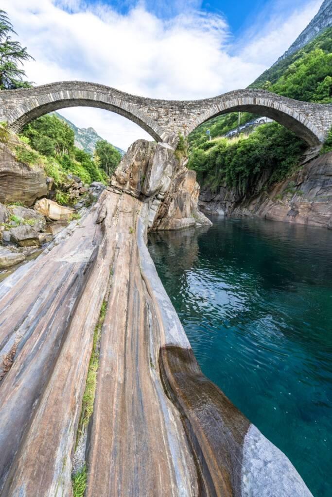Im kristallblauen Fluss unter der Römerbrücke in Tessin kann man super baden gehen.