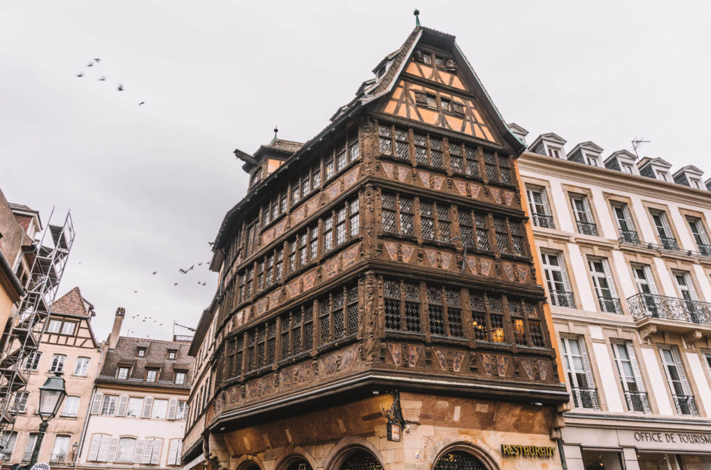 Das Haus Kammerzell beeindruckt mit einer schönen, kunstvollen Häuserfassade.