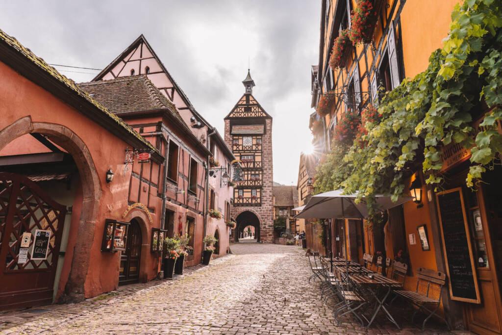 Das Dorf Riquewihr an der Weinstraße ist wie eine künstliche Kulisse mit schönen Ecken.