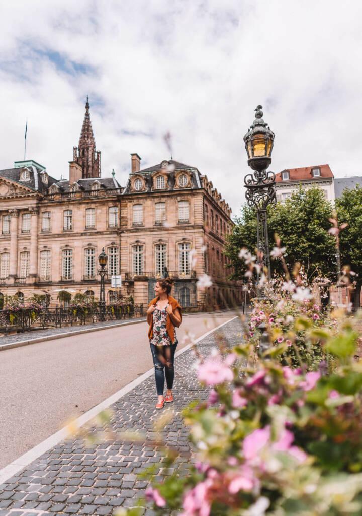 Bloggerin Melanie von Good Morning World genießt einen Spaziergang an der Ill.