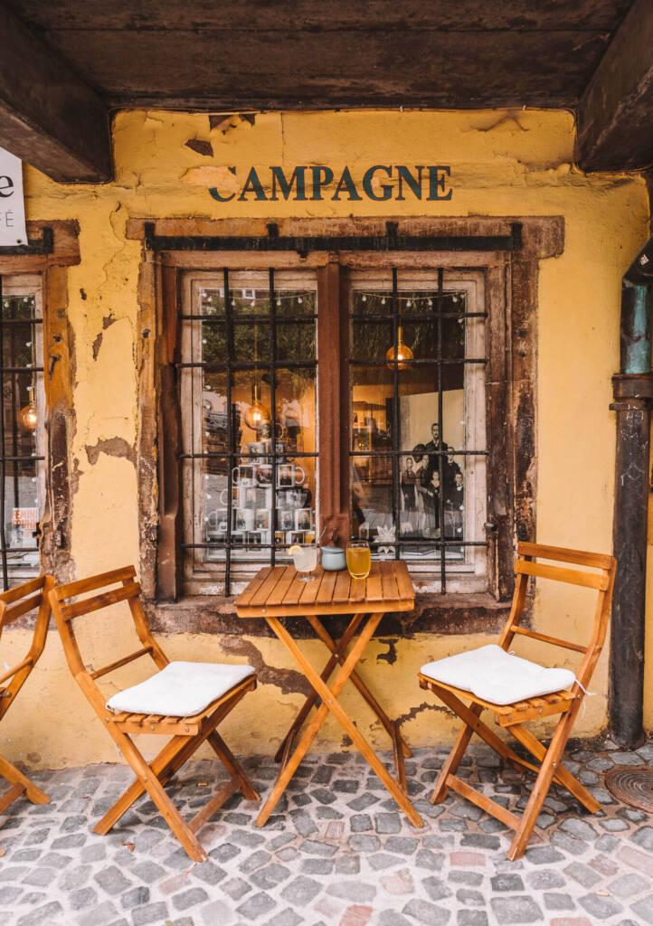 Das kleine Galerie-Café L'Oiseau Rare ist ein echter Geheimtipp mit Café, Galerie und Bücherei.