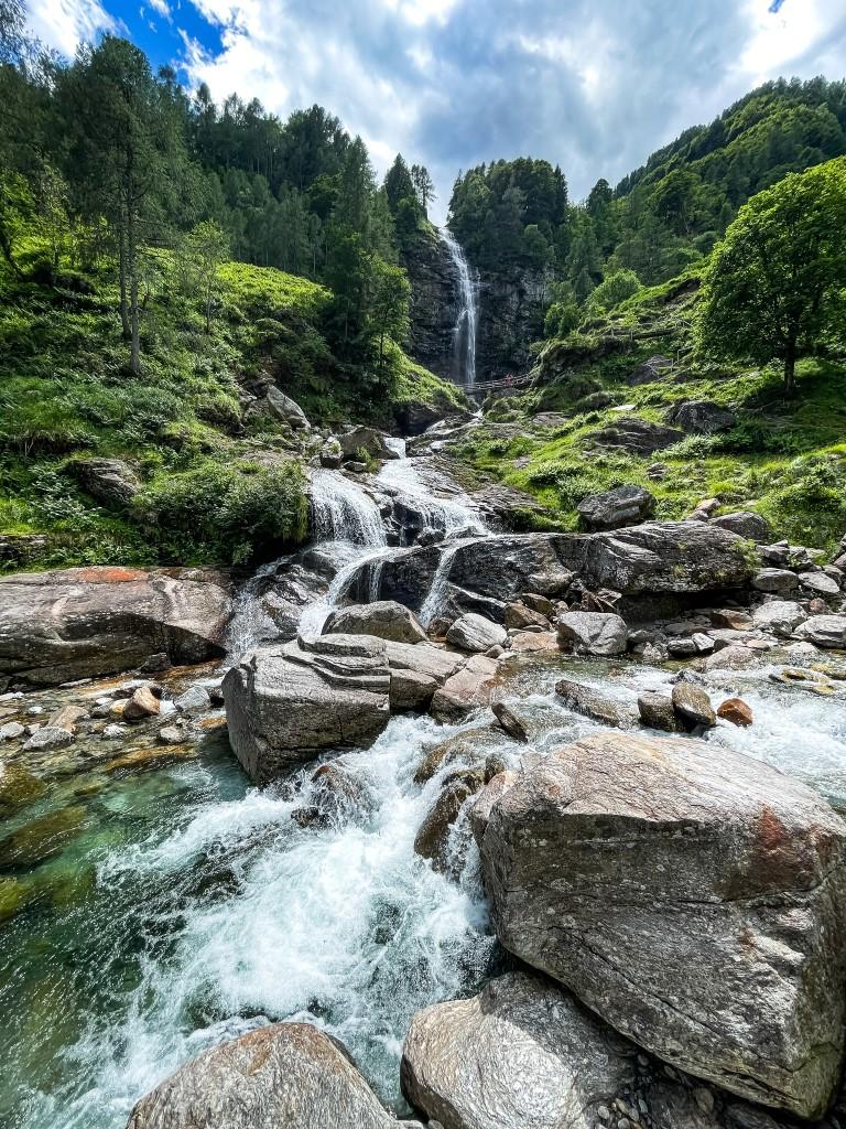Die Cascata La Froda ist ein wunderschöner Wasserfall, der sich zwischen den Bäumen und Steinen hindurch schlängelt.