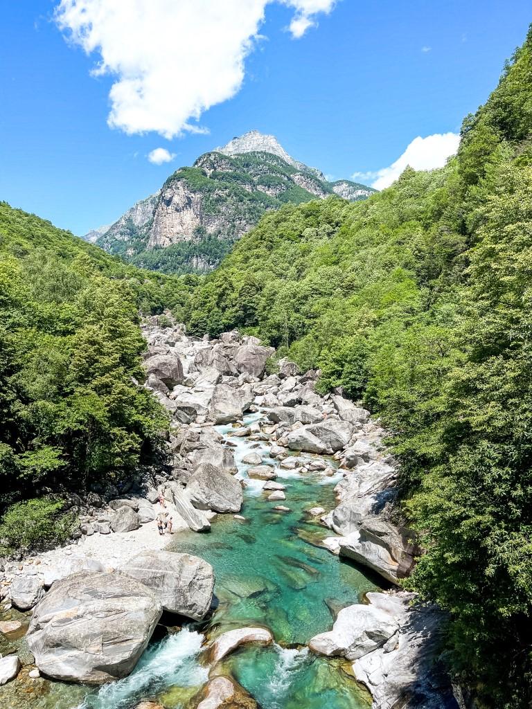 Neben dem Wasser kann man im Valle Verzasca kann man gut wandern und die Berge bewundern.