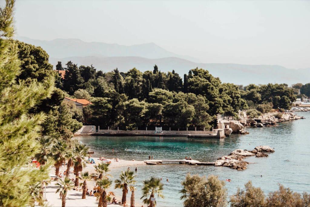 Das strahlend blaue Wasser am Jezinac Strand ist bei Einheimischen wie Touristen gleichermaßen beliebt und lädt zum Baden ein.