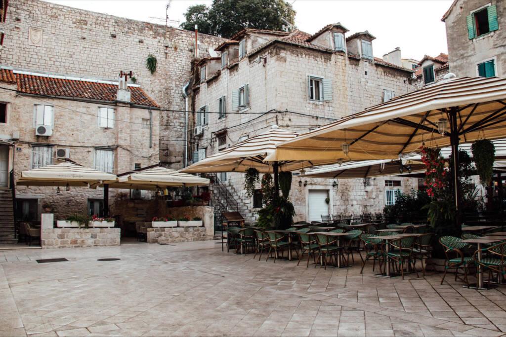 Der Außenbereich eines Restaurants in Split lädt zum Essen ein.
