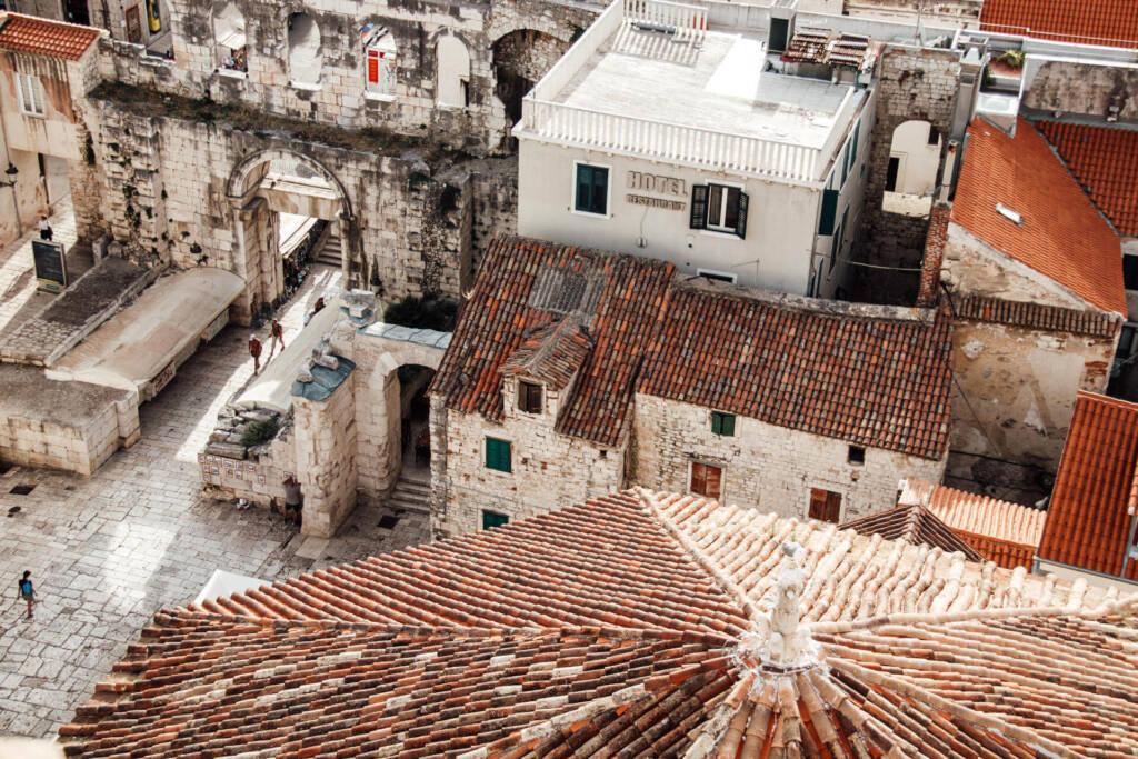 Die Aussicht von oben über den Dächern auf das Silberne Tor.