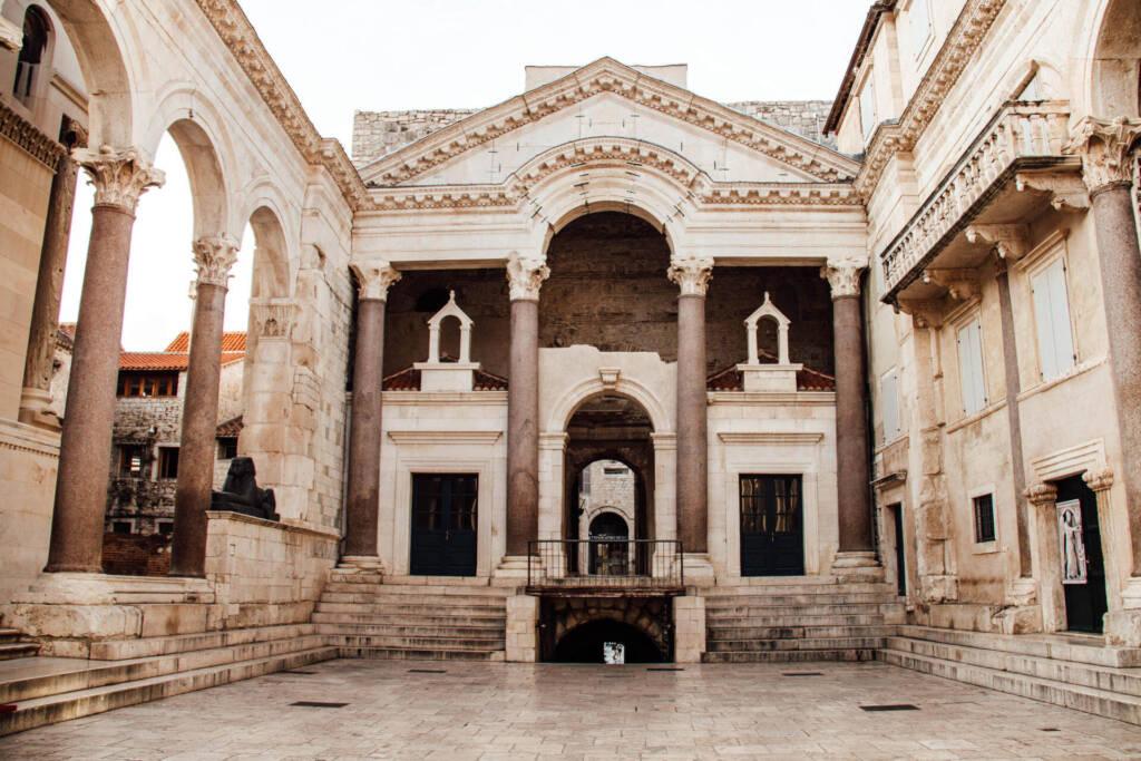 Mit der beeindruckenden Architektur ist das Vestibül ist nicht umsonst eine beliebte Sehenswürdigkeit.