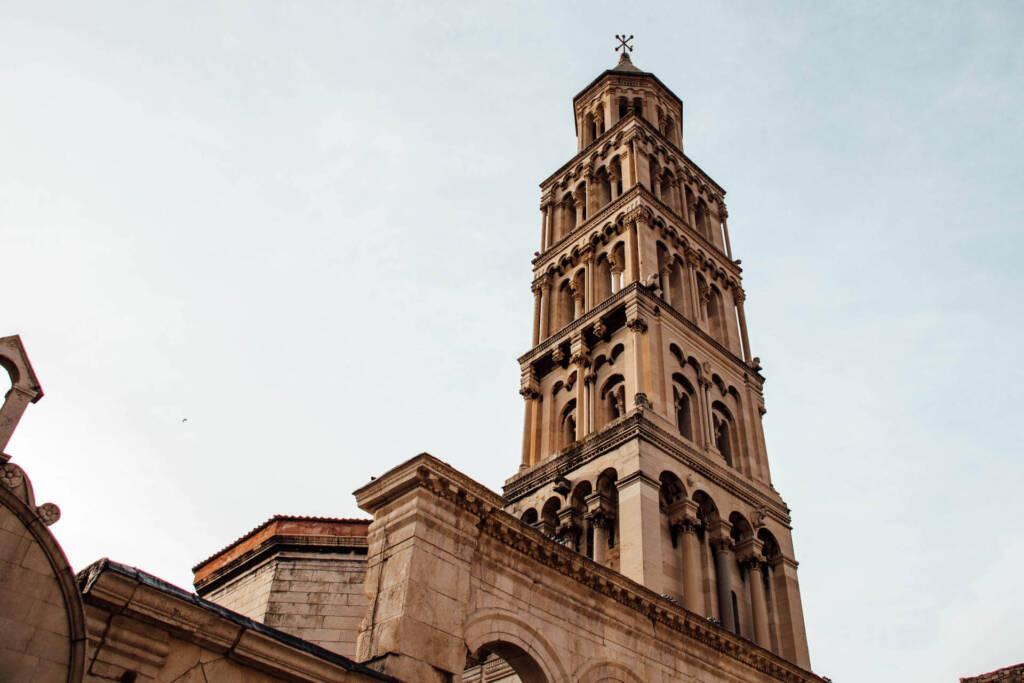 Die Aussicht auf den Glockenturm der Kathedrale in Split.