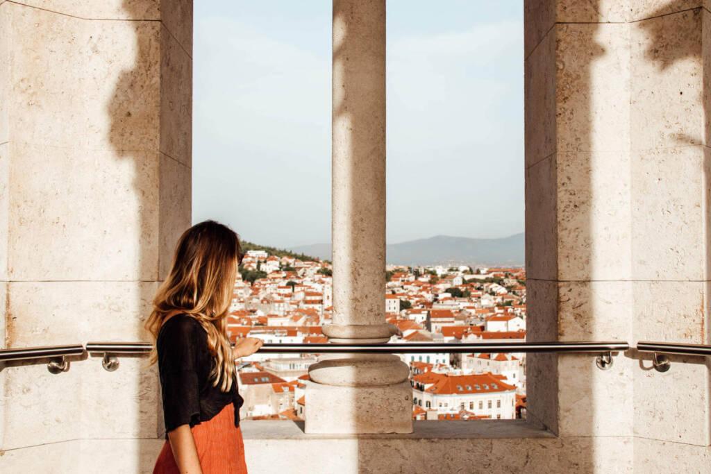 Vom Aussichtsturm kann man über die Dächer bis zum Marjan Berg schauen.